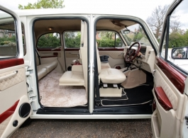 Classic London taxi for wedding hire in central London